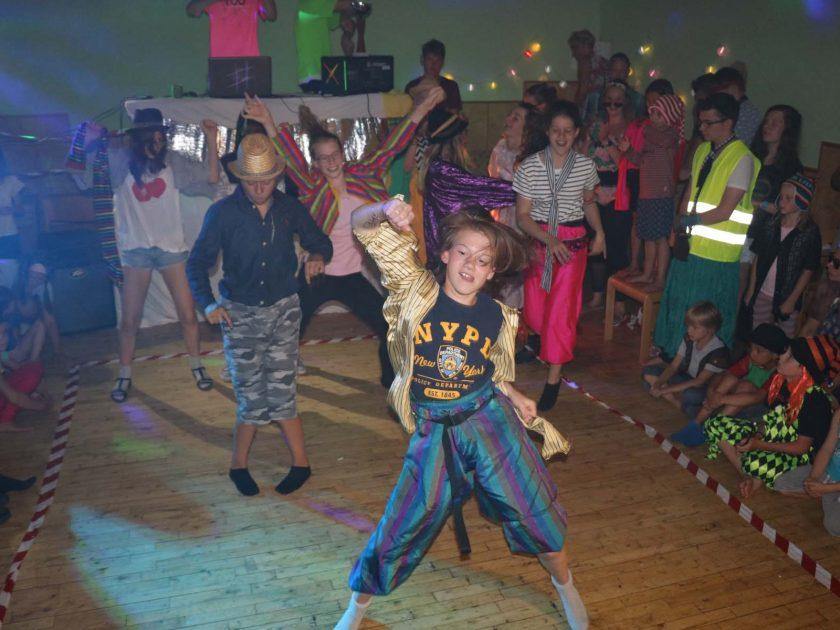 tanzende Kinder bei einem Programmpunkt
